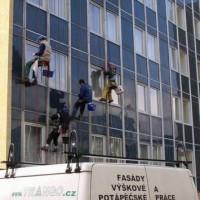 2006 Praha 5, Hotel Albion, omyti fasády, čištění a konzervace Alu lišt(fasada), horolezecky